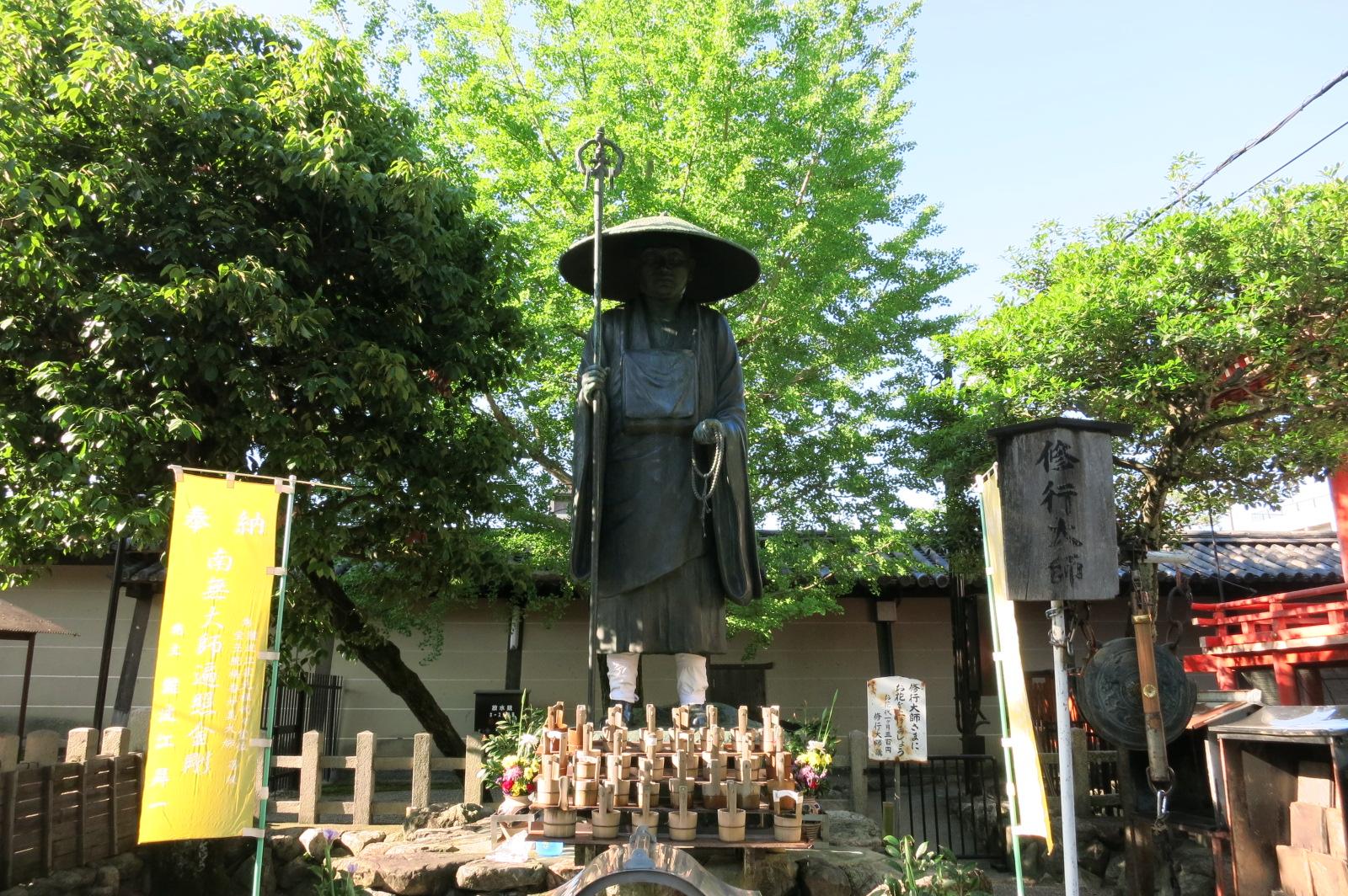 東寺境内の南にある修行大師像。学業成就や成績向上のご利益を願う参詣者も多いようです。
