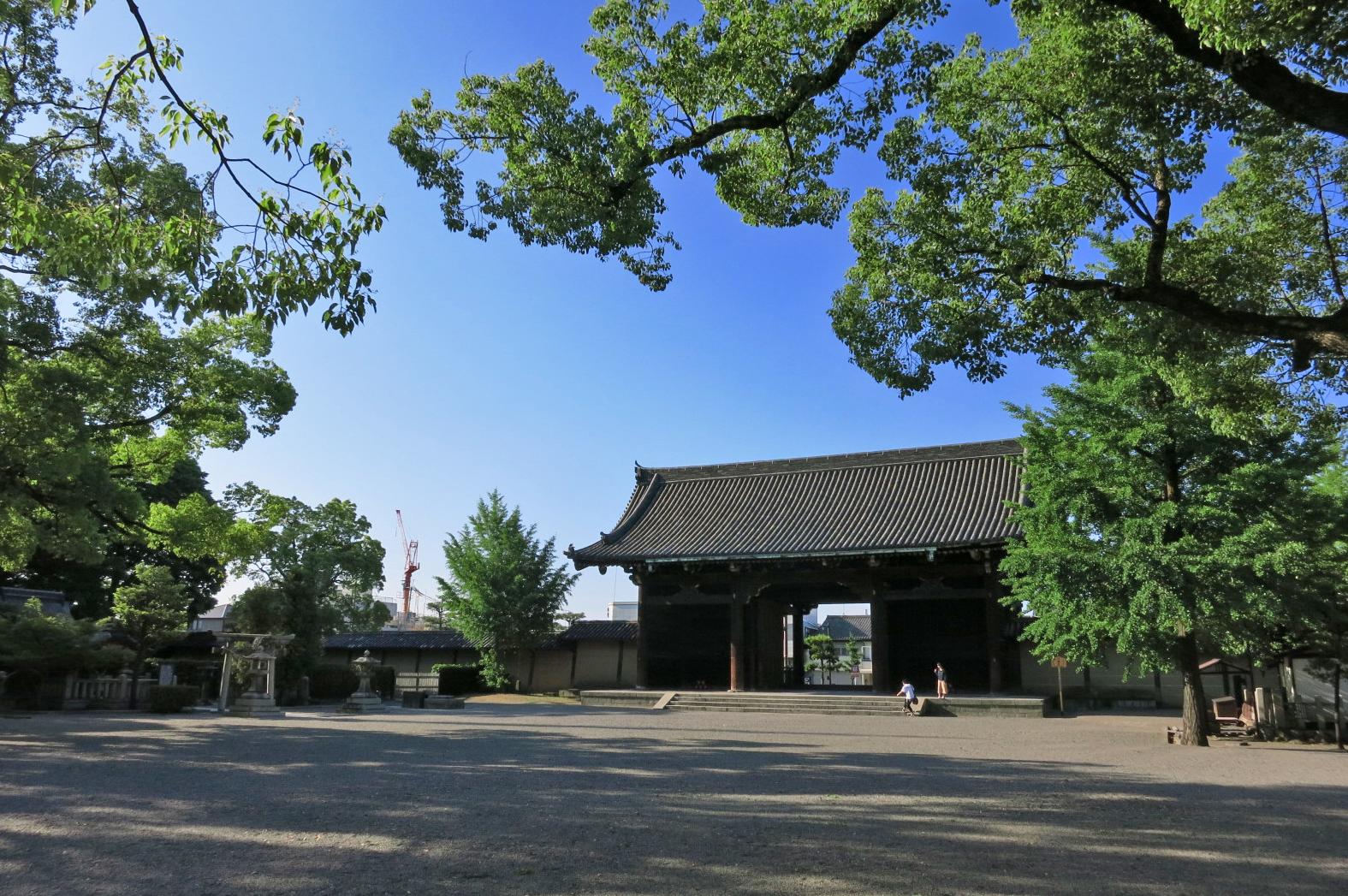 東寺の正門となる南大門(みなみだいもん)。幅18m、高さ13mもある立派な門。