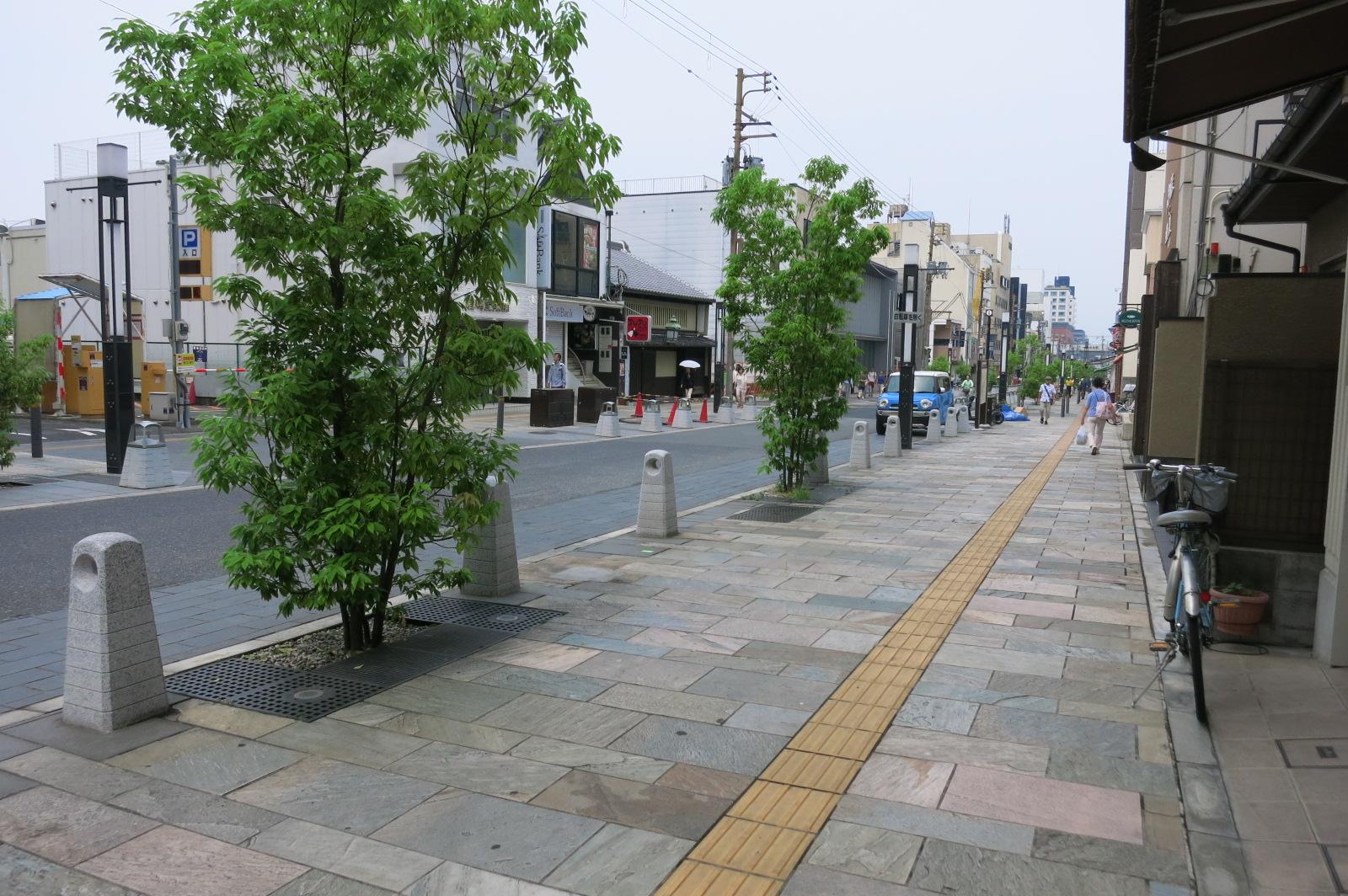 三条通りは、途中から歩道の幅が広くなり、歩きやすくなりました。