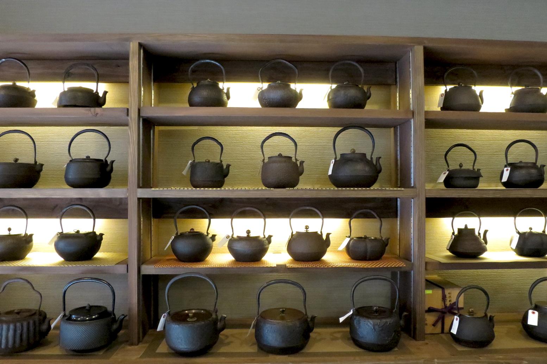 茶道具屋さんの茶釜や鉄瓶には、決して素手で触ってはいけません!!気を付けましょう!