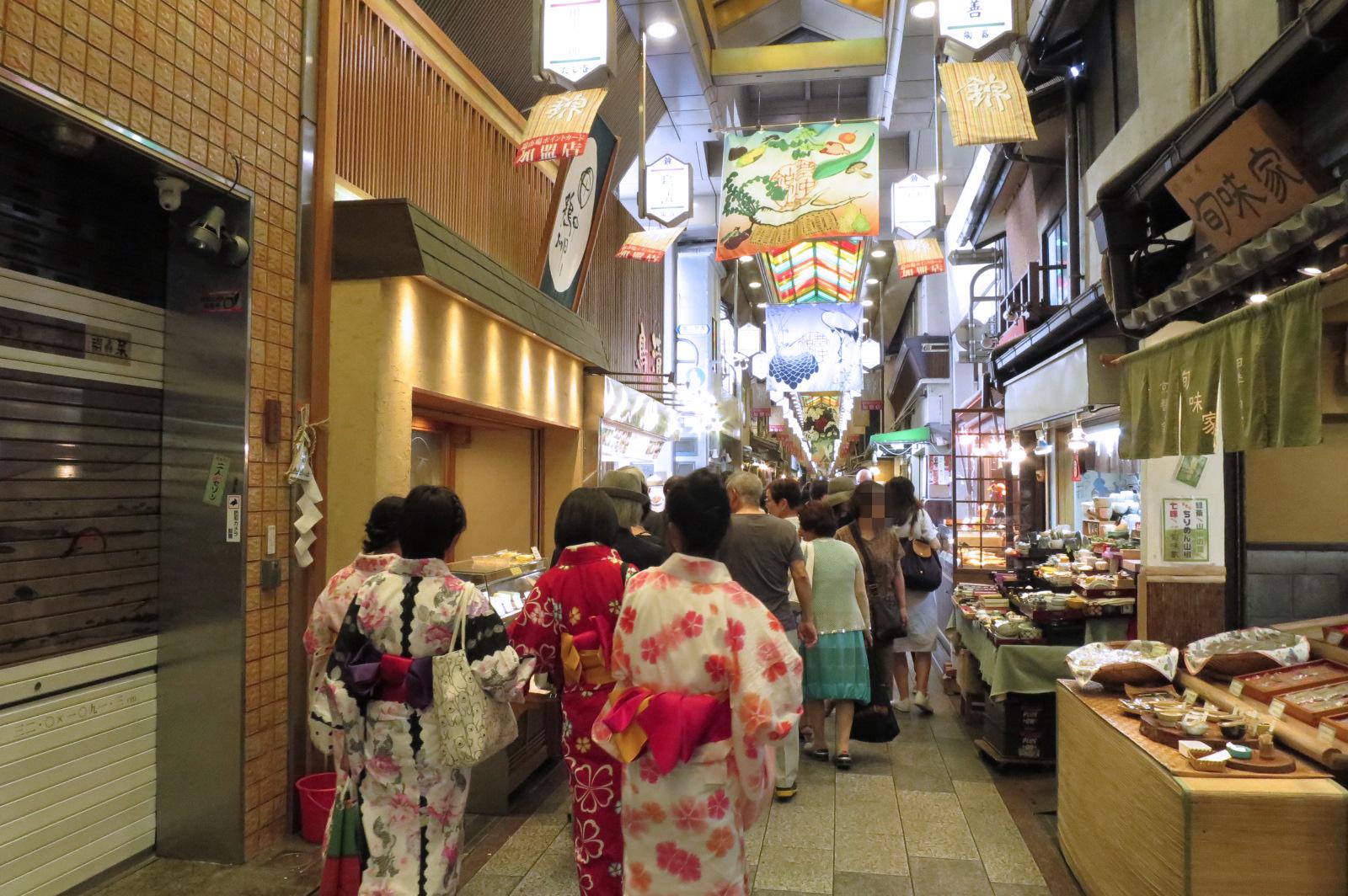 錦市場。いつきても活気があります。