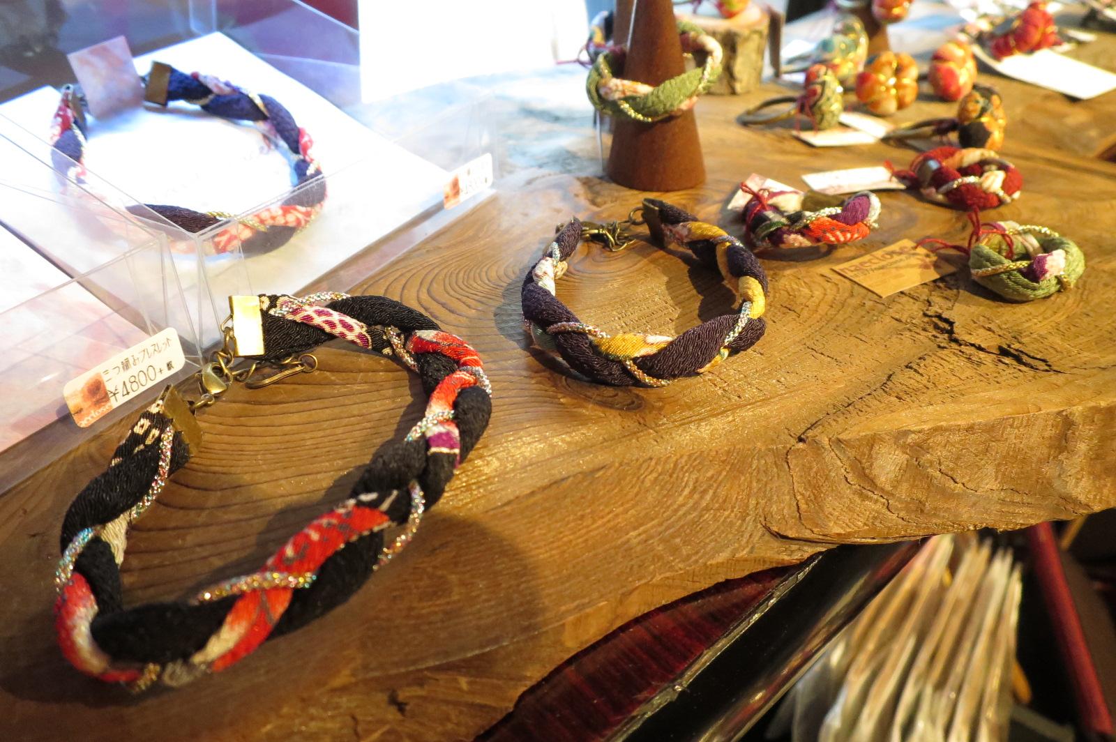 京都産の素材を使ったブレスレット。お土産にも喜ばれそうですね。