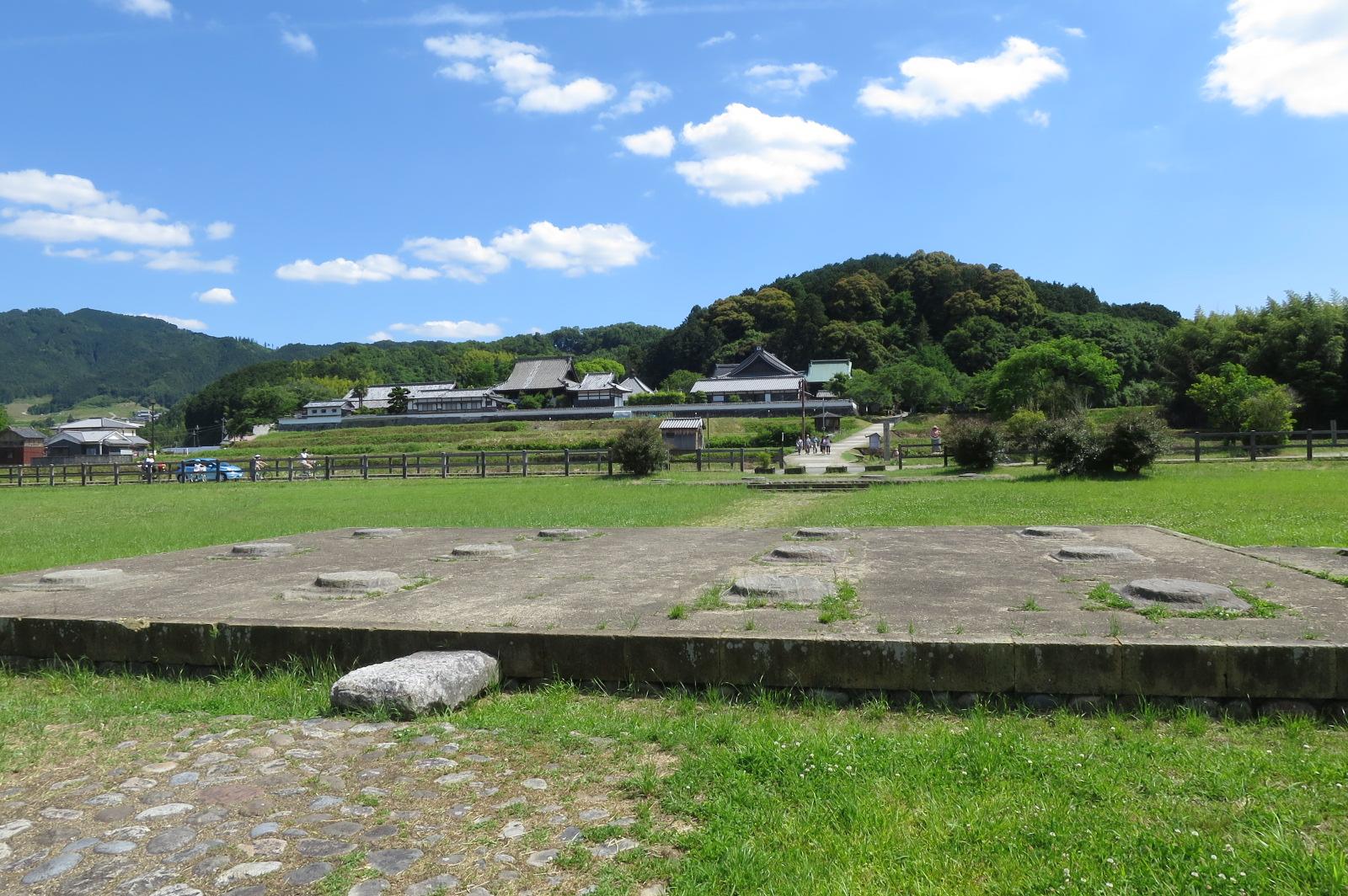 史跡川原寺跡。奥の橘寺の後方に見えるのは橘寺の山号でもある仏頭山。古墳にも見えますね。。。