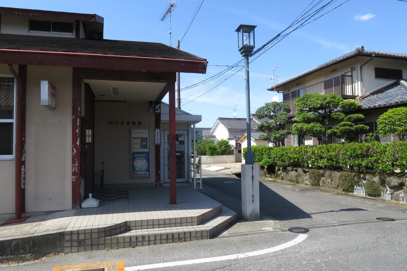 郵便局を左手に曲がります。