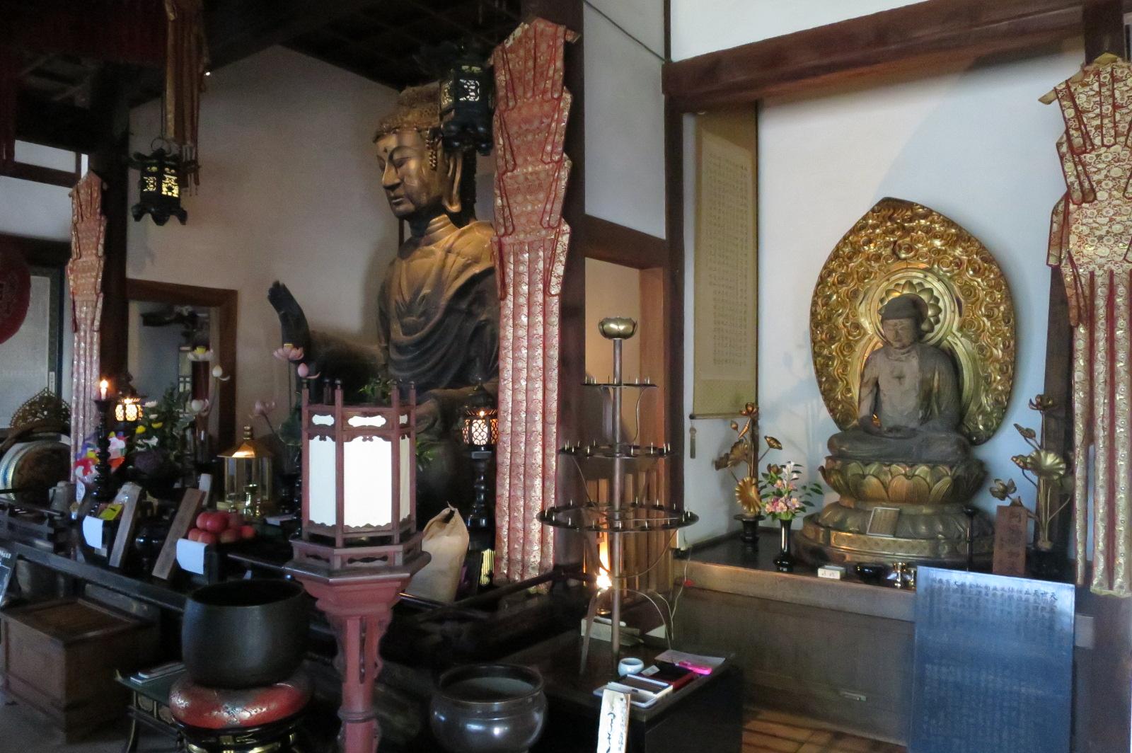 飛鳥大仏(左側)。渡来系の仏師が作成したもので、現存の仏像では日本最古のものと言われています。