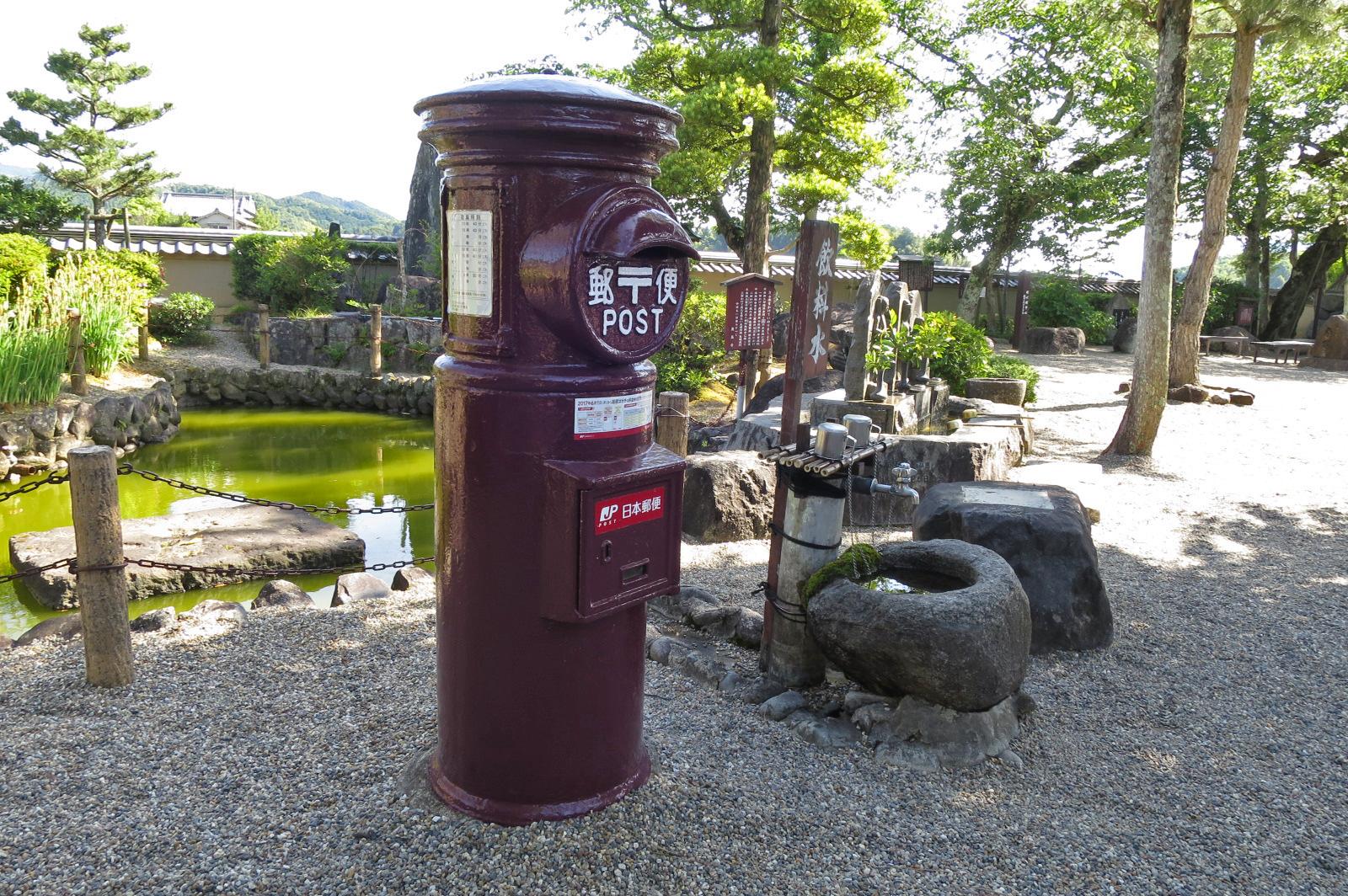 飛鳥寺内にある郵便ポスト。10年前は赤いポストだったようですが、景観に合わせて現在の色に塗られました