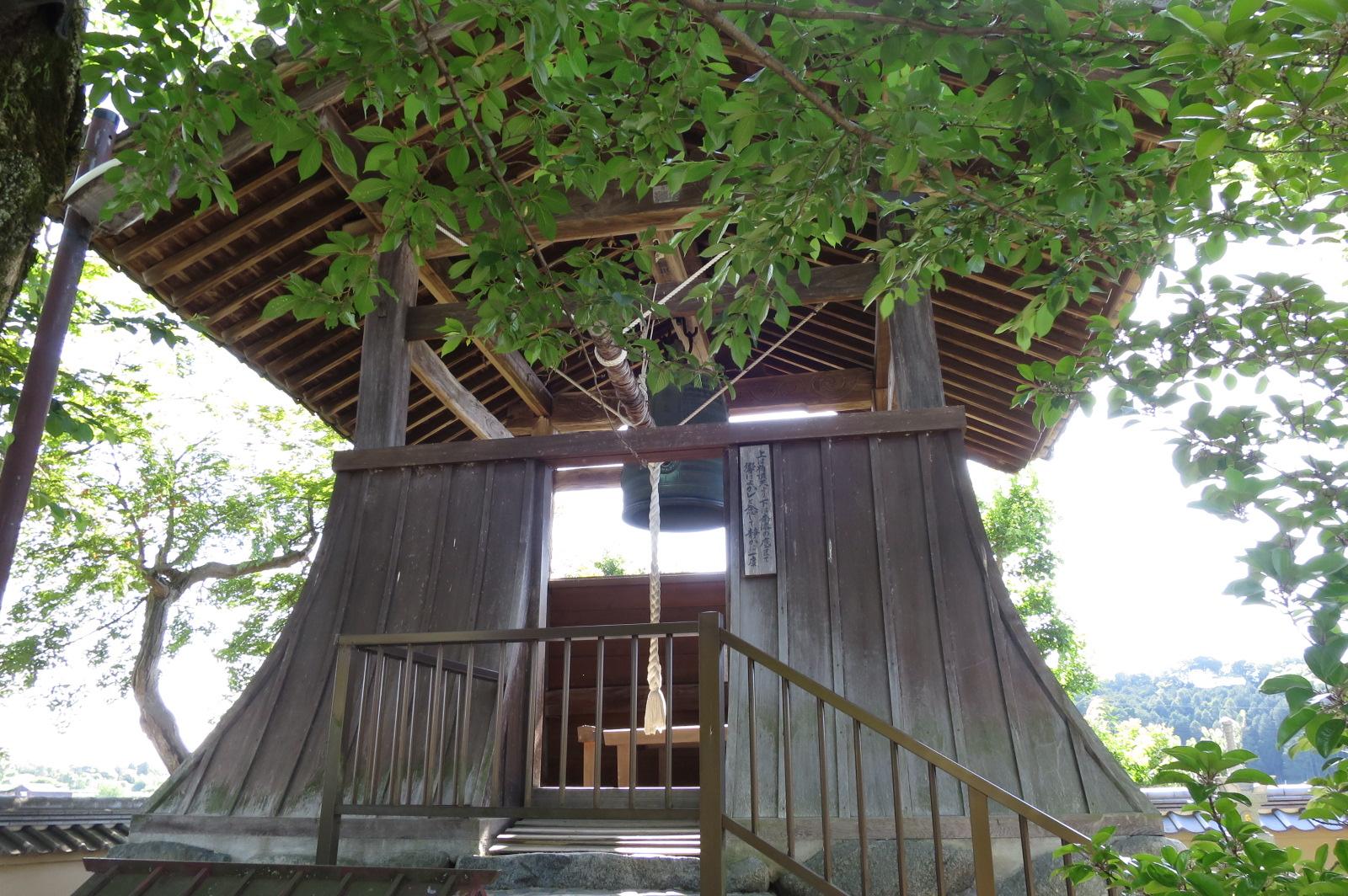 昭和に鋳造された鐘楼。鐘は自由に撞くことができます。