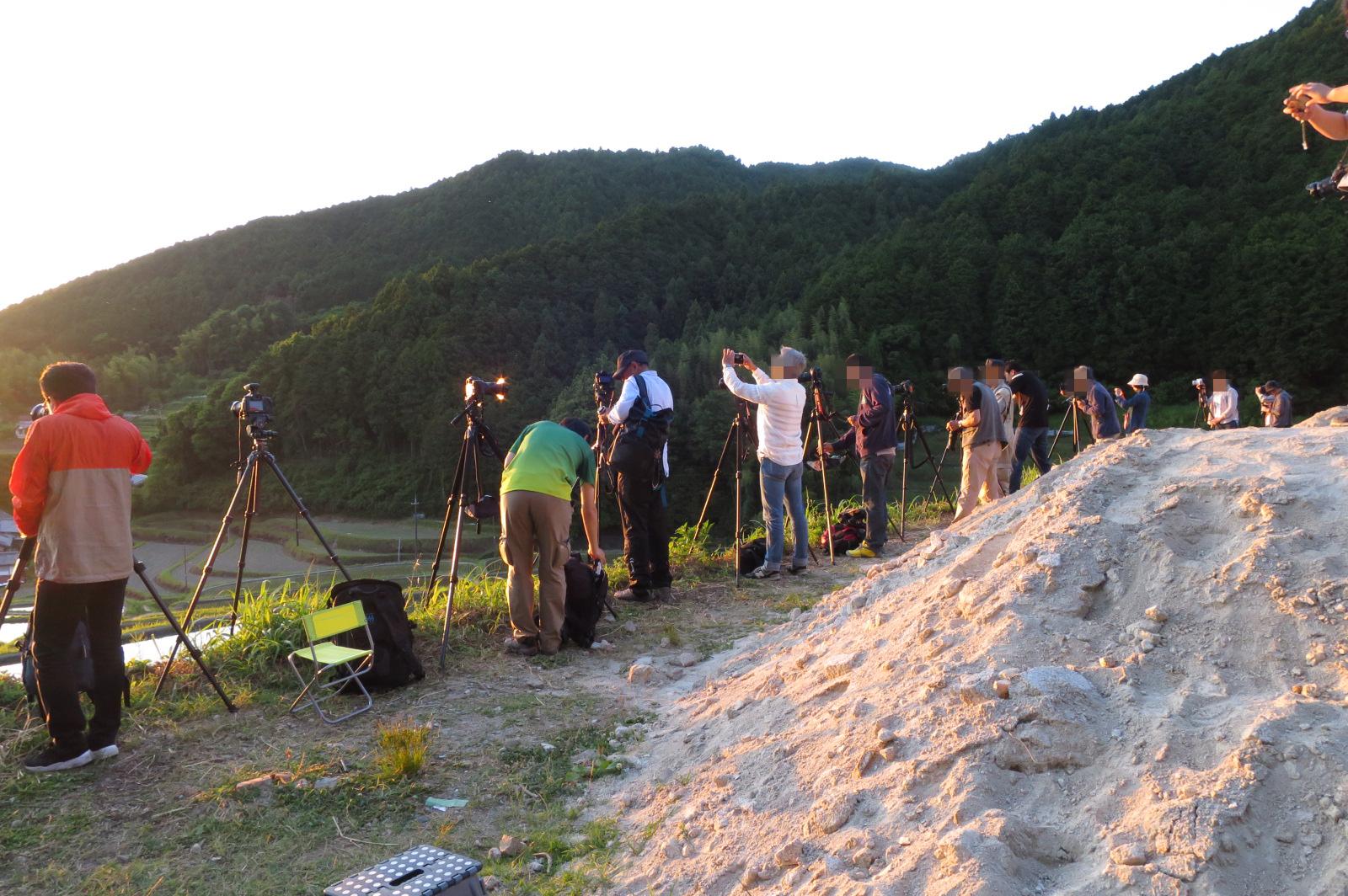棚田の撮影。日の入り1時間半前から三脚で場所取りが始まってました。すごいですね。。。