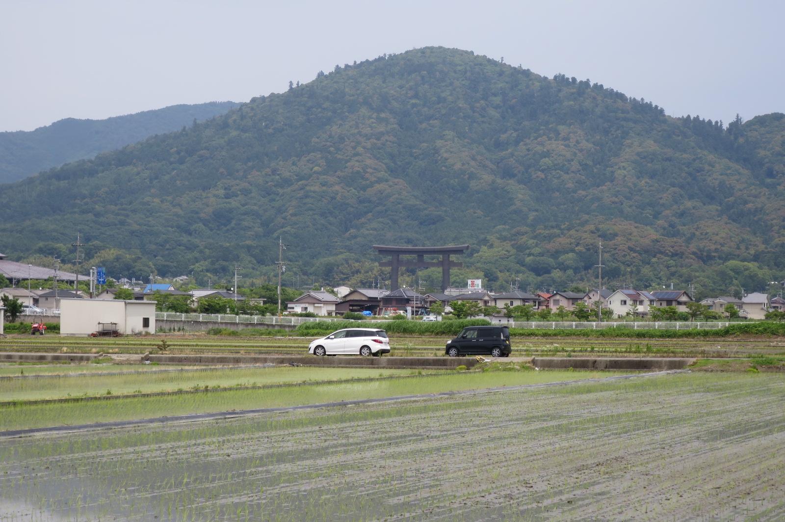 奈良最強のパワースポットと言われる三輪山と大神神社(おおみわじんじゃ)の大鳥居。