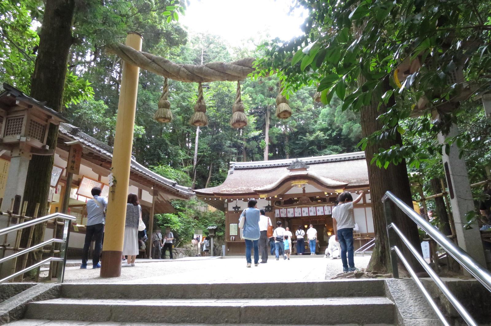狭井(さい)神社。病気平癒の神様として信仰の篤い神社です。