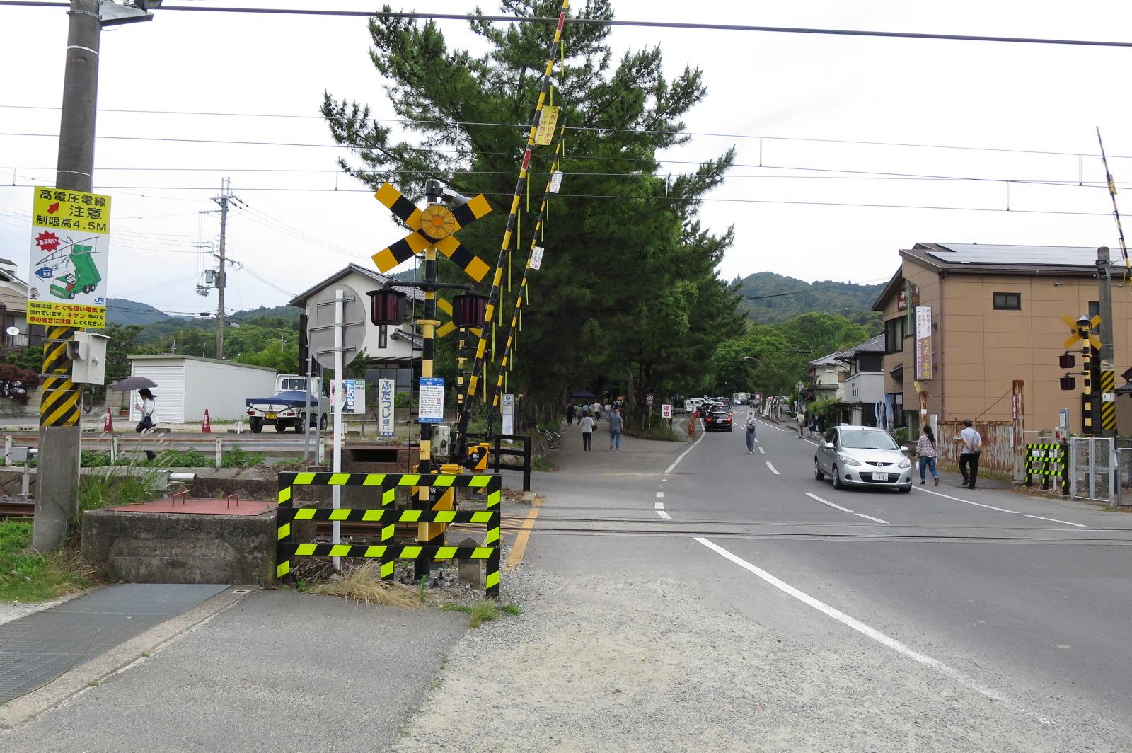 桜井線三輪駅のすぐ近くにある踏切。1時間に1~2本なので、ほとんど待たずに渡れます。