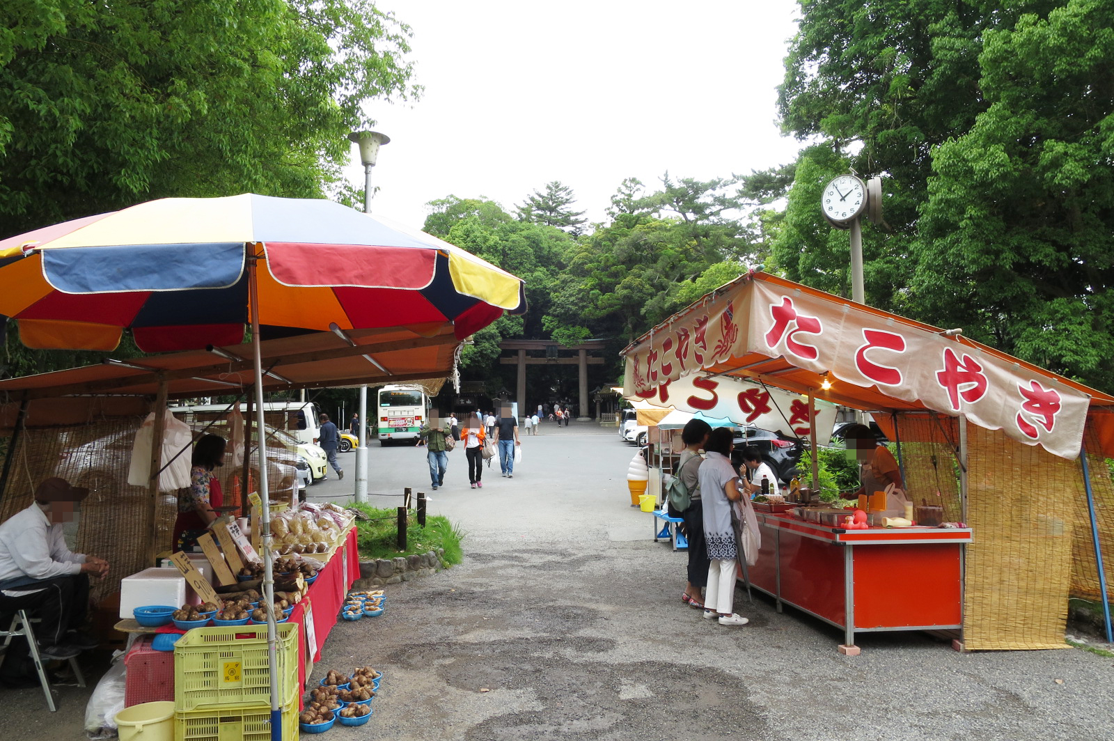 参道には、アイスクリーム、団子、野菜販売などの屋台も出ています。奥に二の鳥居が見えてきました。