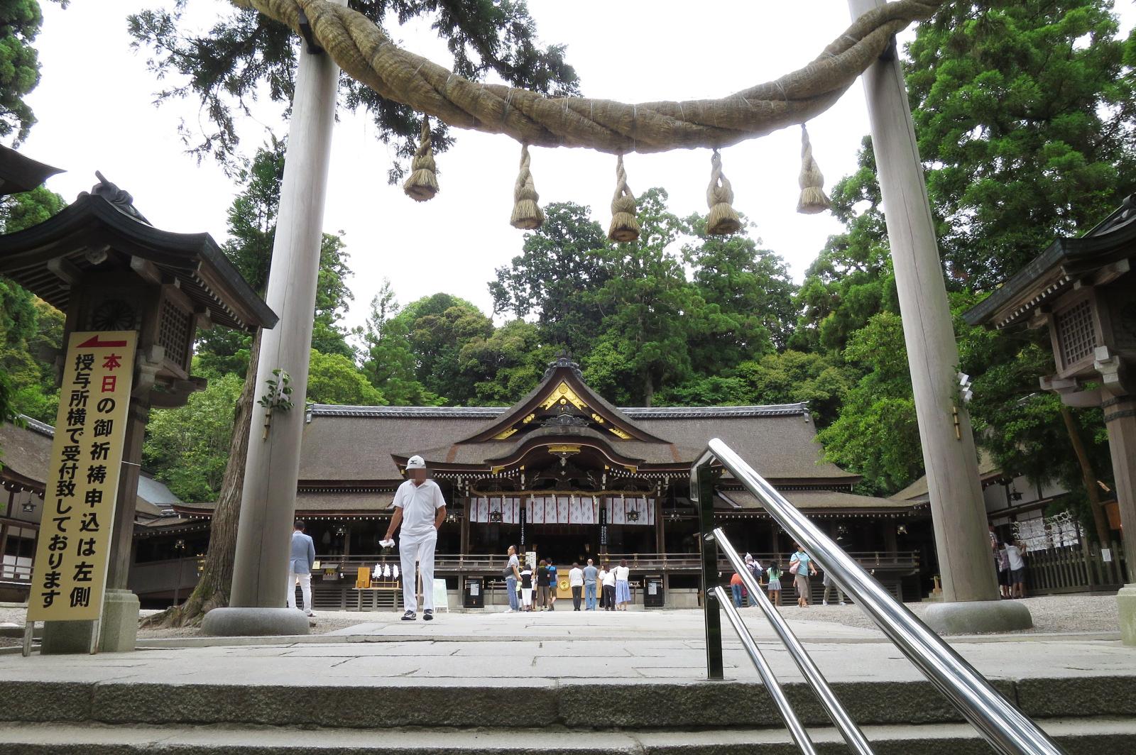 拝殿前の縄鳥居(勧請縄)。鳥居も種類がありますが、2本の柱にしめ縄をかけたものも珍しいですね。