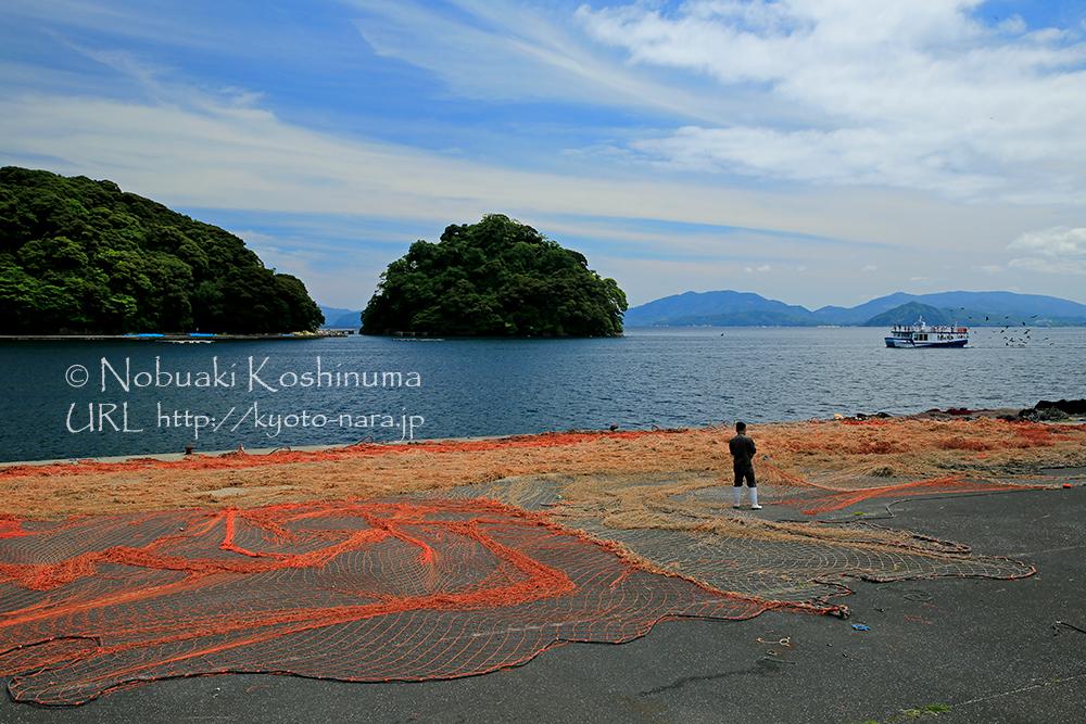 写真に収まらないほどの大きな網を漁師さんが補修してました。