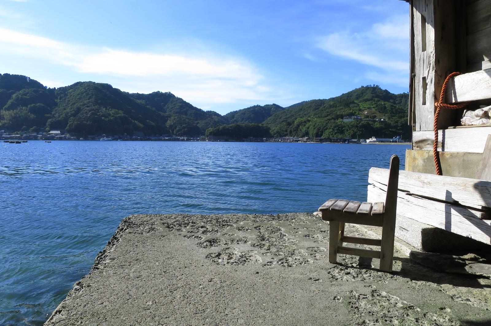 1階海沿いの椅子でくつろぐこともできます!伊根の舟屋に来たら、ぜひコーヒータイムを!