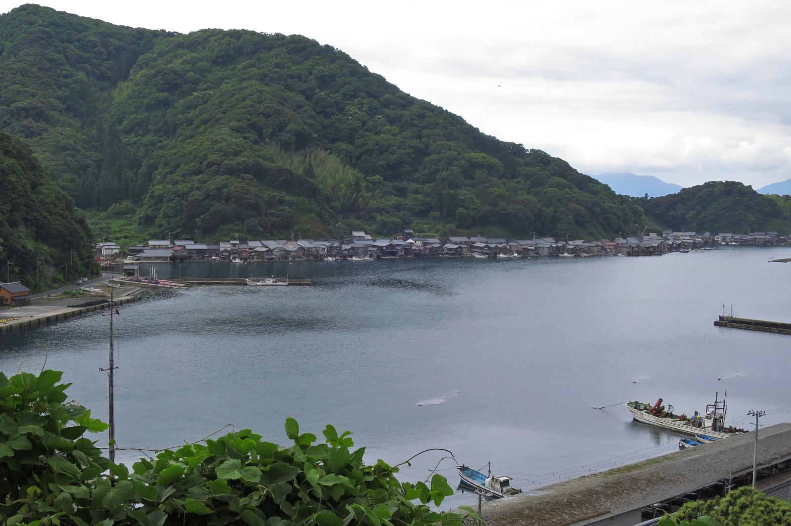 伊根町観光協会近くからの眺め。この美しい伊根湾でも、1945年に空襲・空爆がありました。