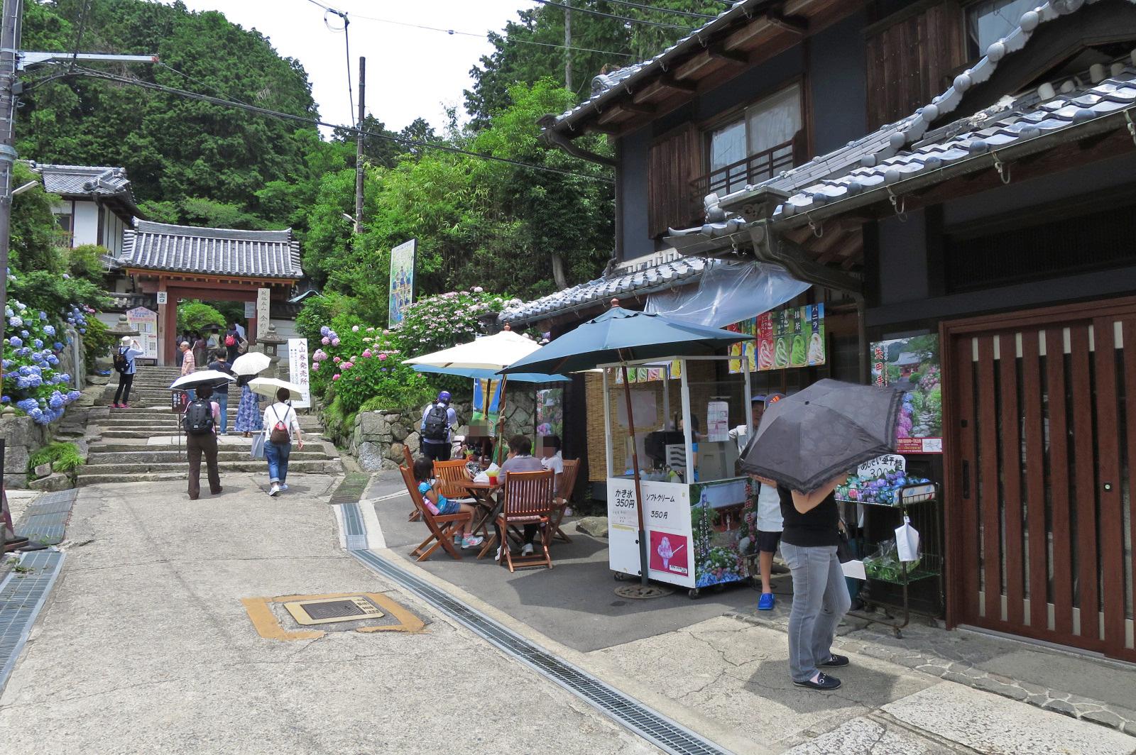 矢田寺の門の前では、かき氷を食べることもできます。暑かったので、テーブル席はすべて埋まってました。