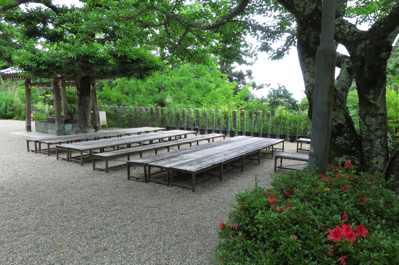 長椅子がありましたので、ゆっくり休憩しました。これから藤ノ木古墳に向かいます。