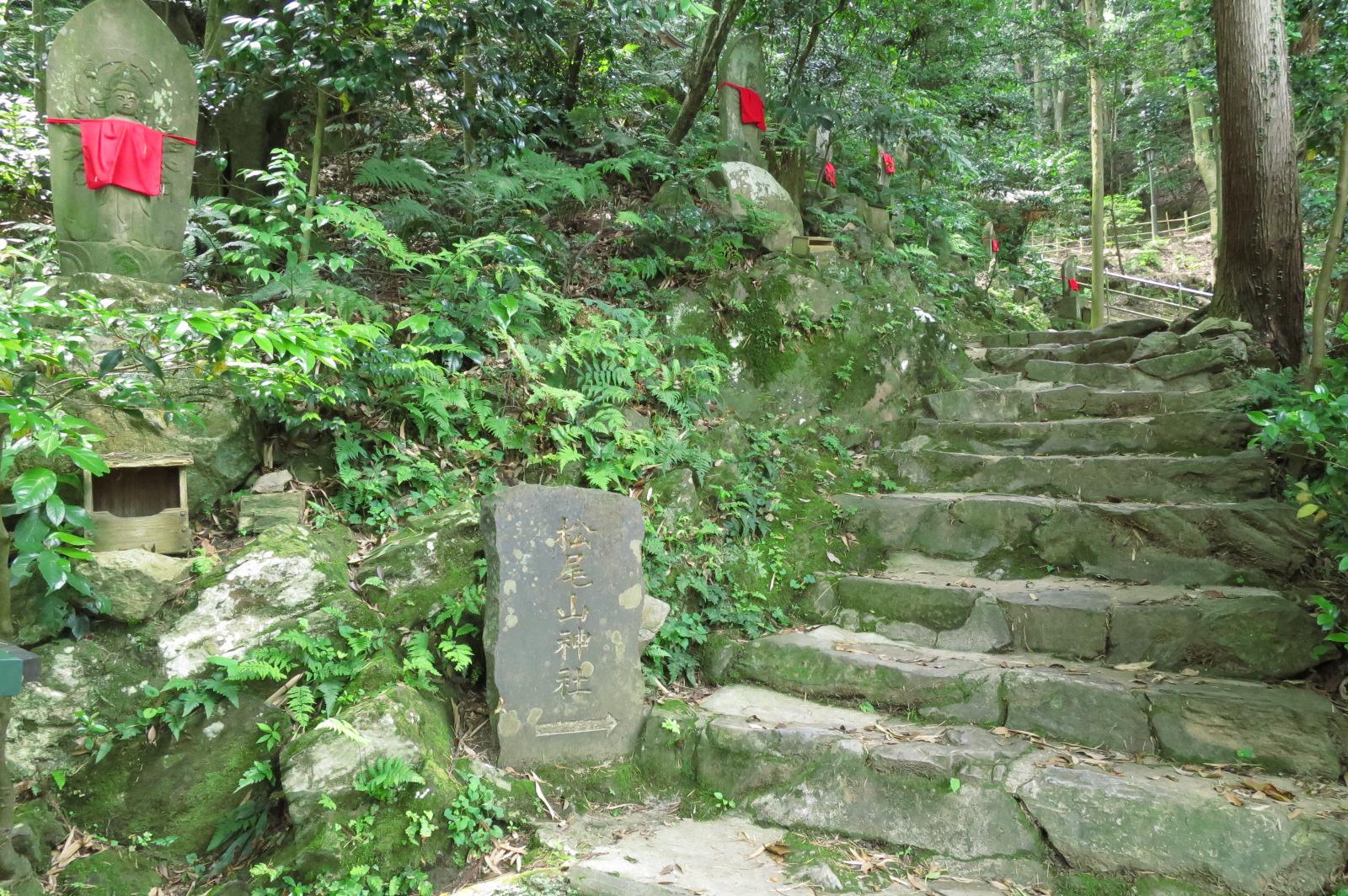 三重塔手前の階段を上がり、松尾山神社に向かいます。階段の途中途中に観音様の石像が安置されています。