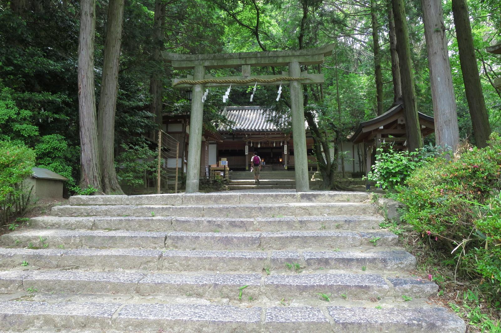 松尾山神社に到着。松尾大明神を本社、清滝権現・牛頭天皇を脇社として三社斎祀しています。