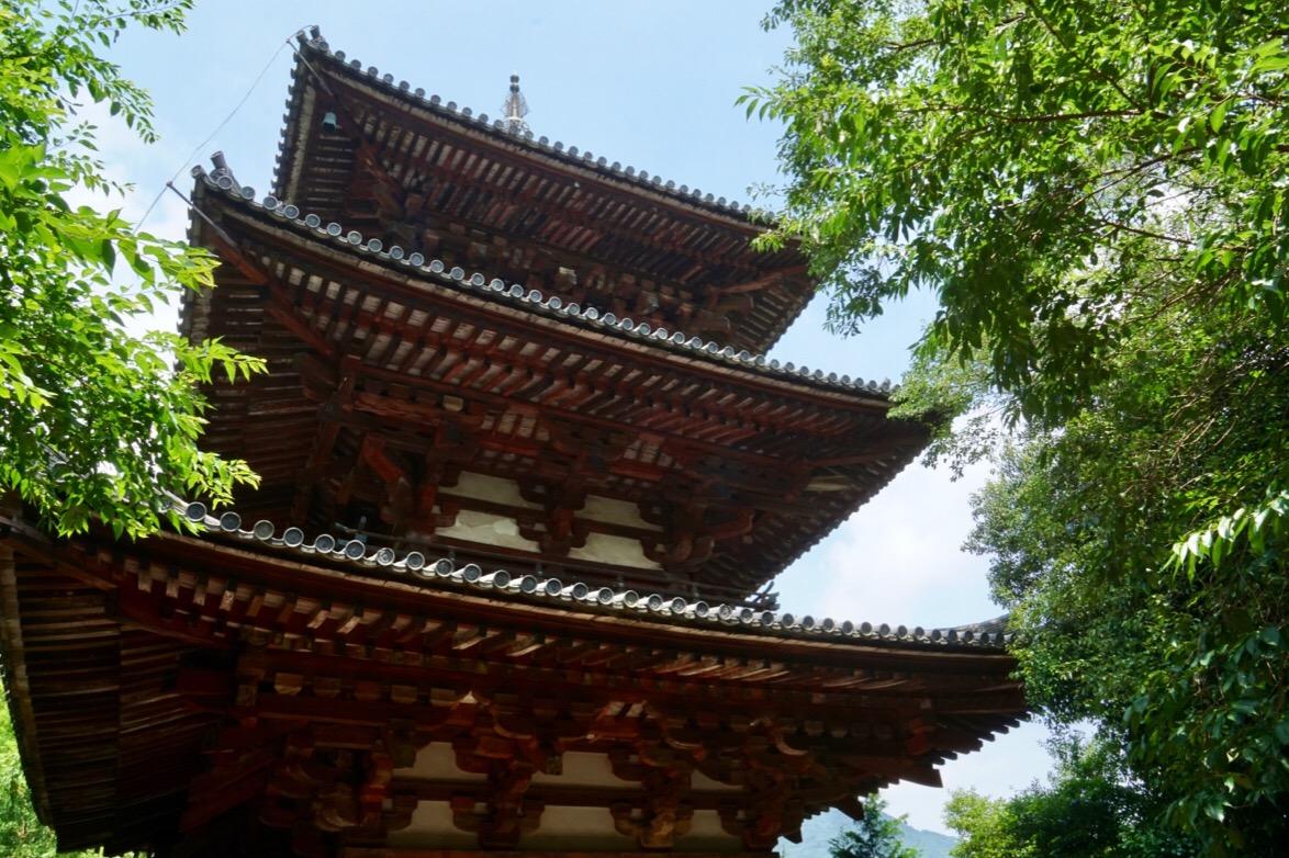 當麻寺には日本最古の三重塔が二塔立っています。