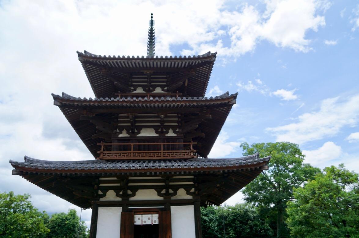 美しい三重塔です。高さ23.9m。
