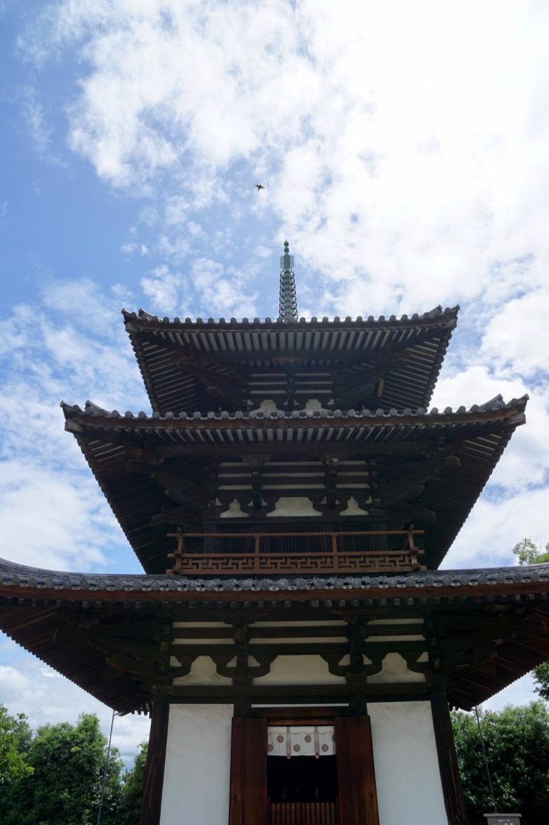 706年(飛鳥時代)に建立された日本最古の三重塔です。
