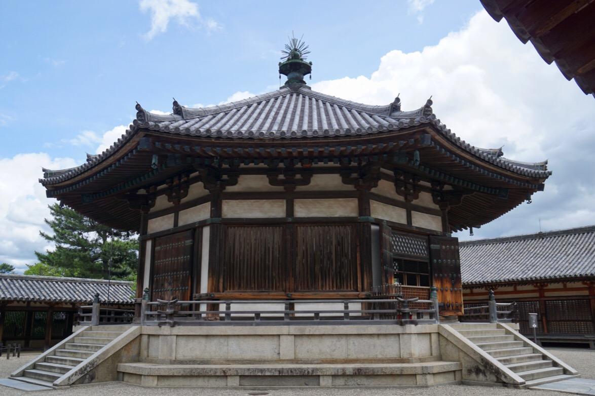 夢殿。奈良時代のものです。聖徳太子を偲ぶために建てた八角形の美しい建物です。