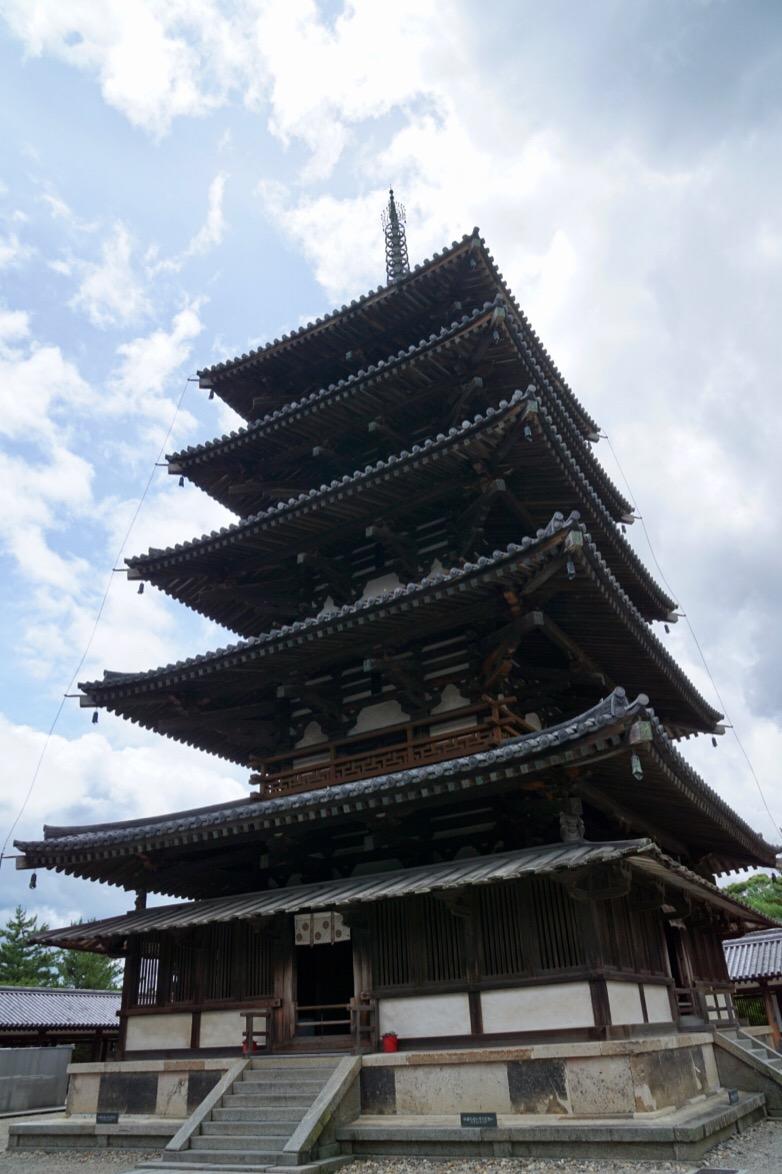 五重塔。国内最古の五重塔で607年、飛鳥時代のものです。