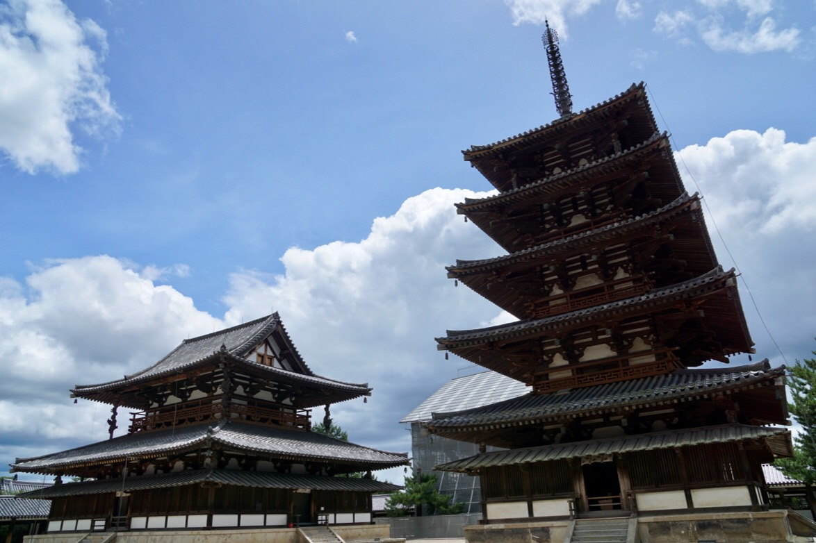 五重塔と金堂。金堂も607年に建てられました。