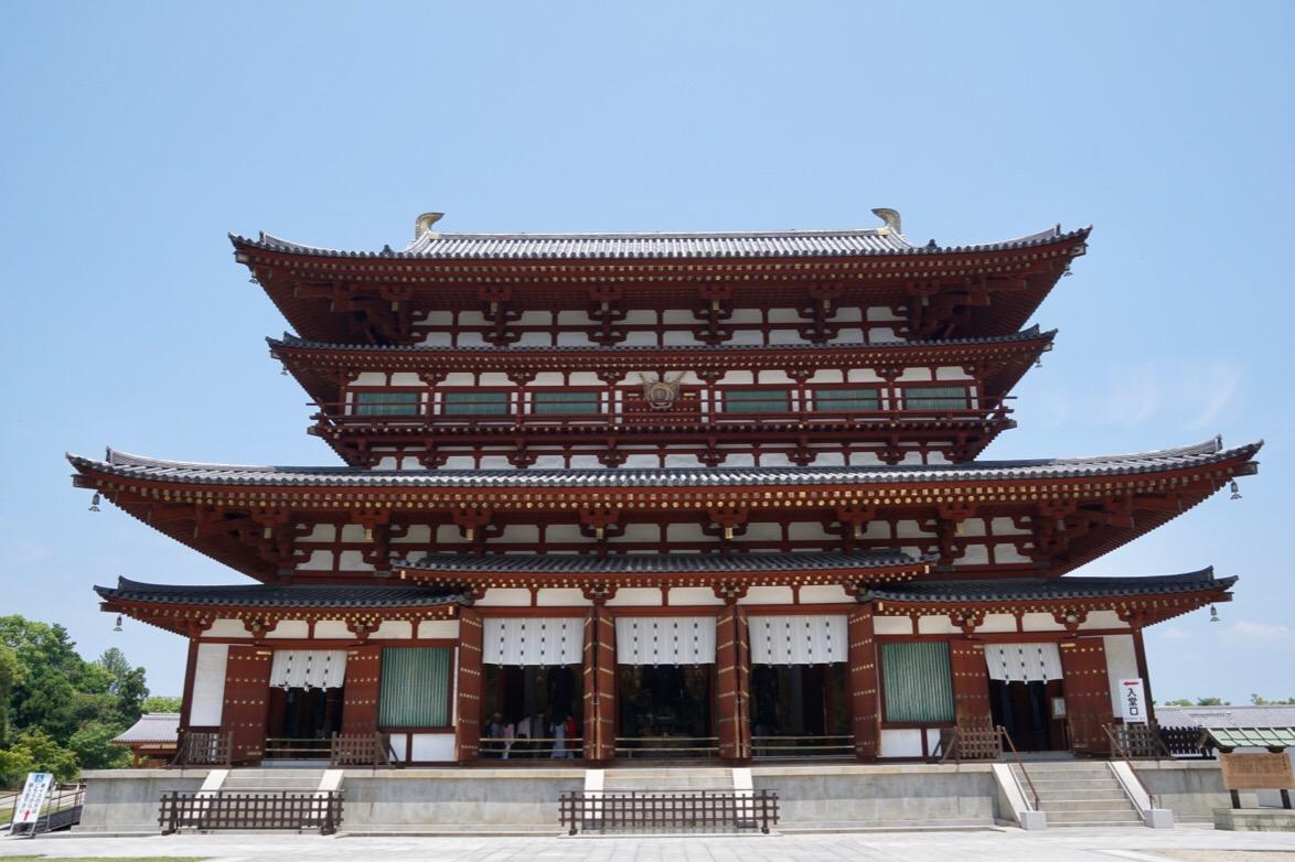 金堂。1528年の豪火に巻き込まれ西塔とともに焼失しました。昭和51年に再建されました。