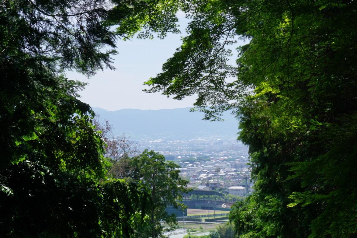 途中の階段から奈良市内が見えます。