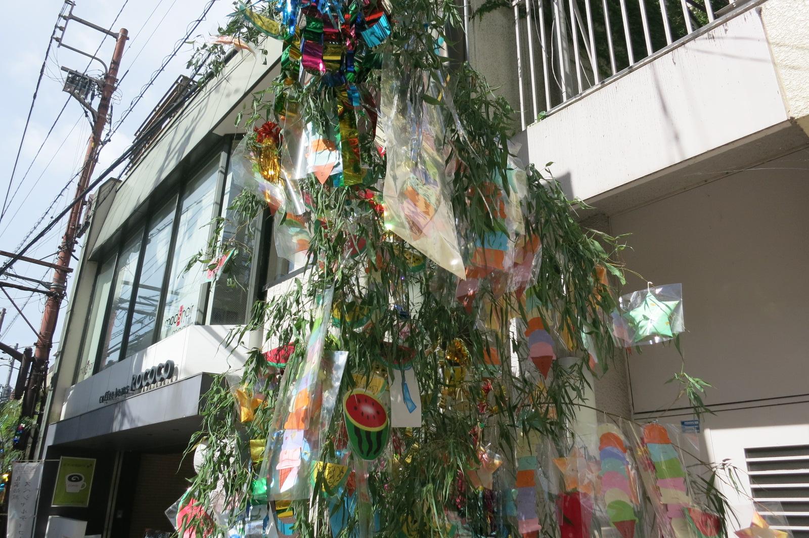 近鉄奈良駅前の小西さくら通りには、「七夕飾り」がたくさん飾られていました。