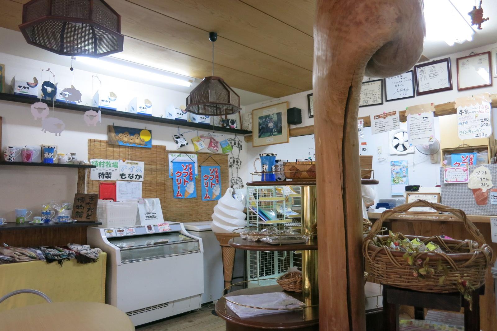 店内もこじんまりとしていましたが、雑貨なども販売されていました。店内のベンチで食べることも出来ます。