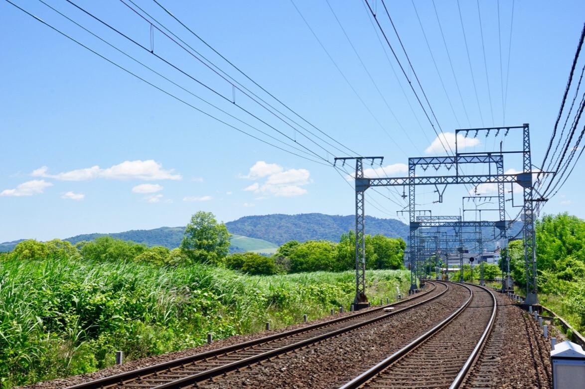 中に近鉄電車が通っています。