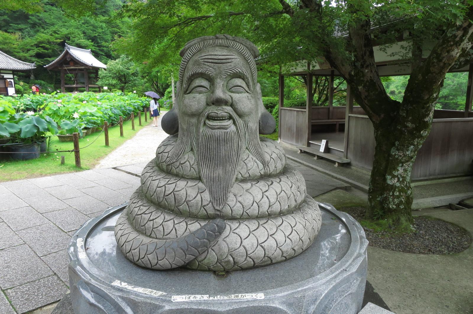 階段を登ったところにある人気の「宇賀神」。耳をさわると福、ヒゲは健康長寿、しっぽは金運がつくそうです