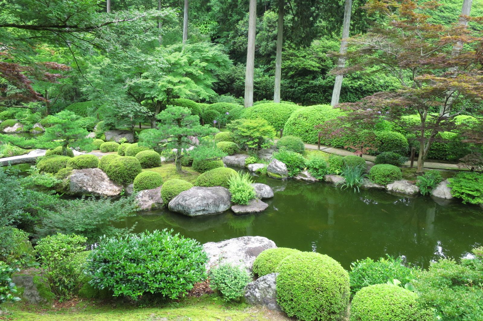 大きな池の周囲に散策路があり、各地の景勝を再現した池泉回遊式庭園。