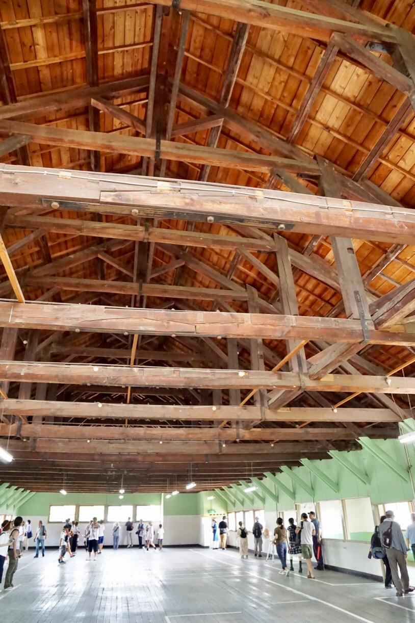 講堂のような建物ですが、天井も迫力があります。