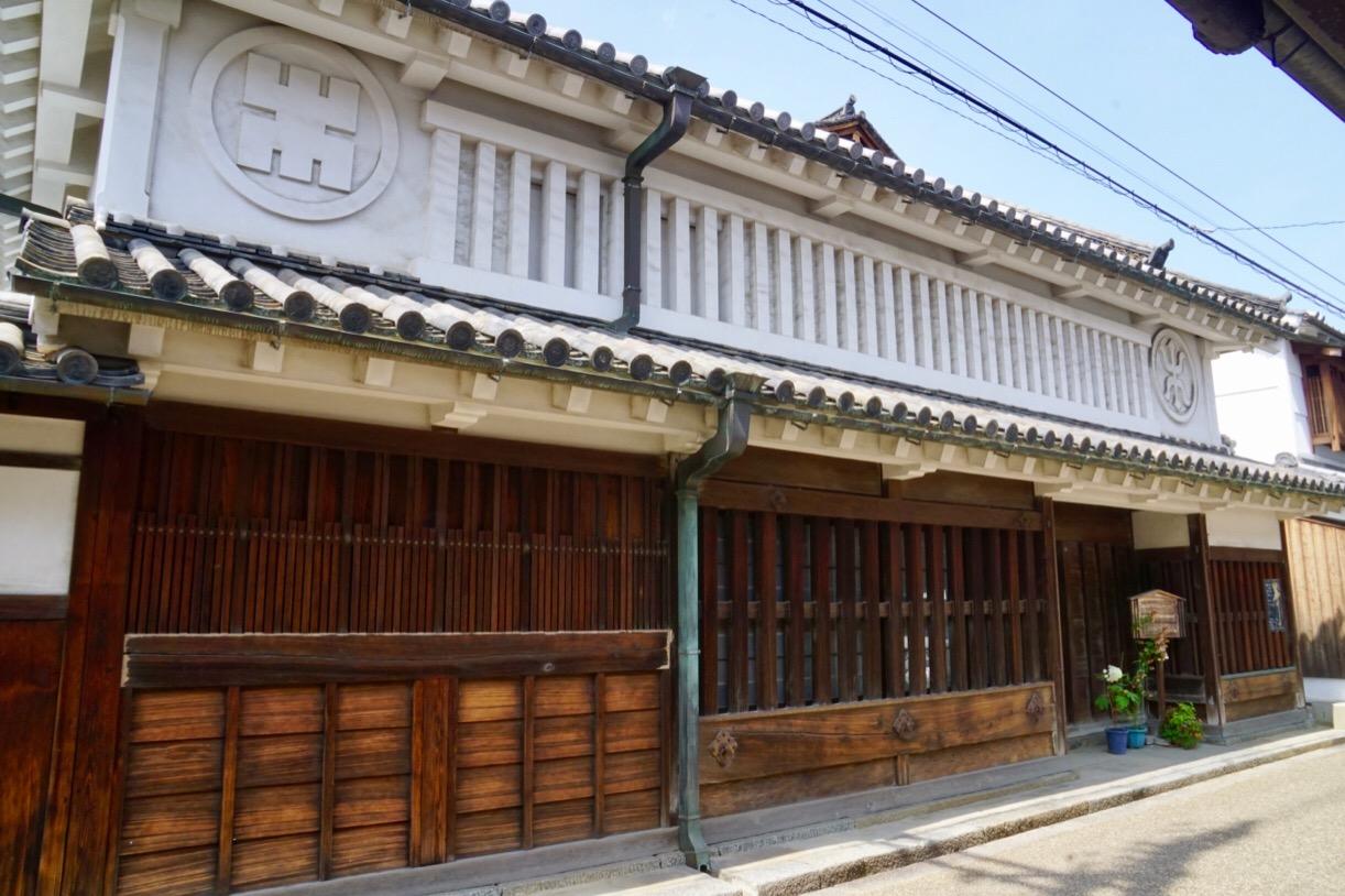 豊田家住宅。屋号を表す木の文字が描かれています。