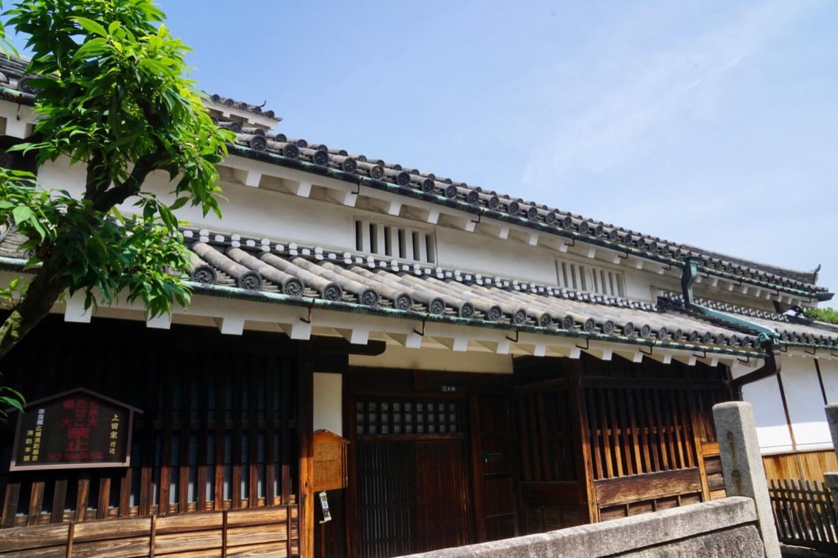 上田家。南北のどちらかに面している家が多い中、この家は西に向いています。