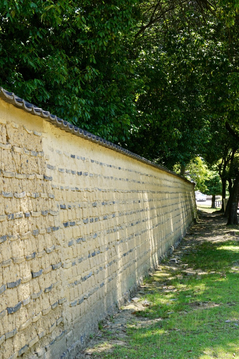周囲には正倉院や東大寺大仏殿があり緑が美しい場所です。
