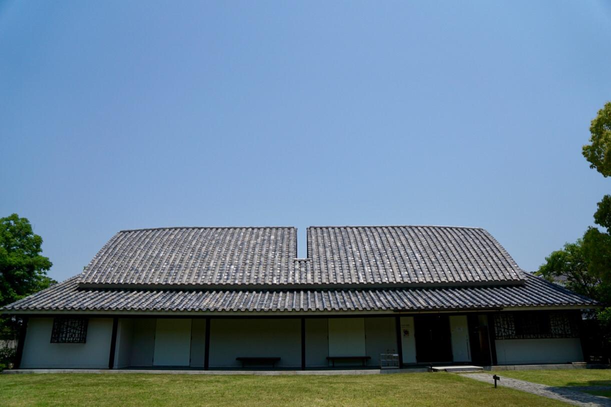 依水園の寧楽美術館です。海運業を営んだ中村家が収集した美術品を展示してます。