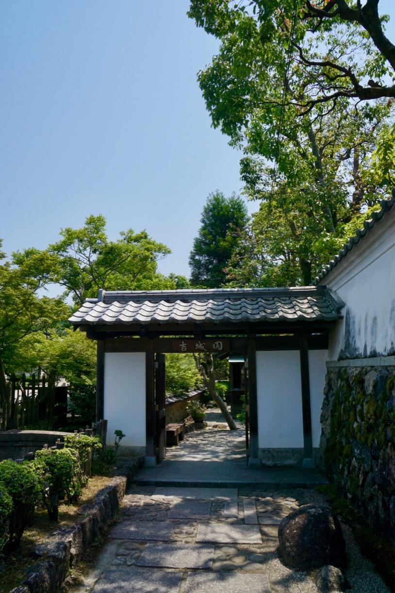 隣の吉城園。外国人観光客にも人気でした。
