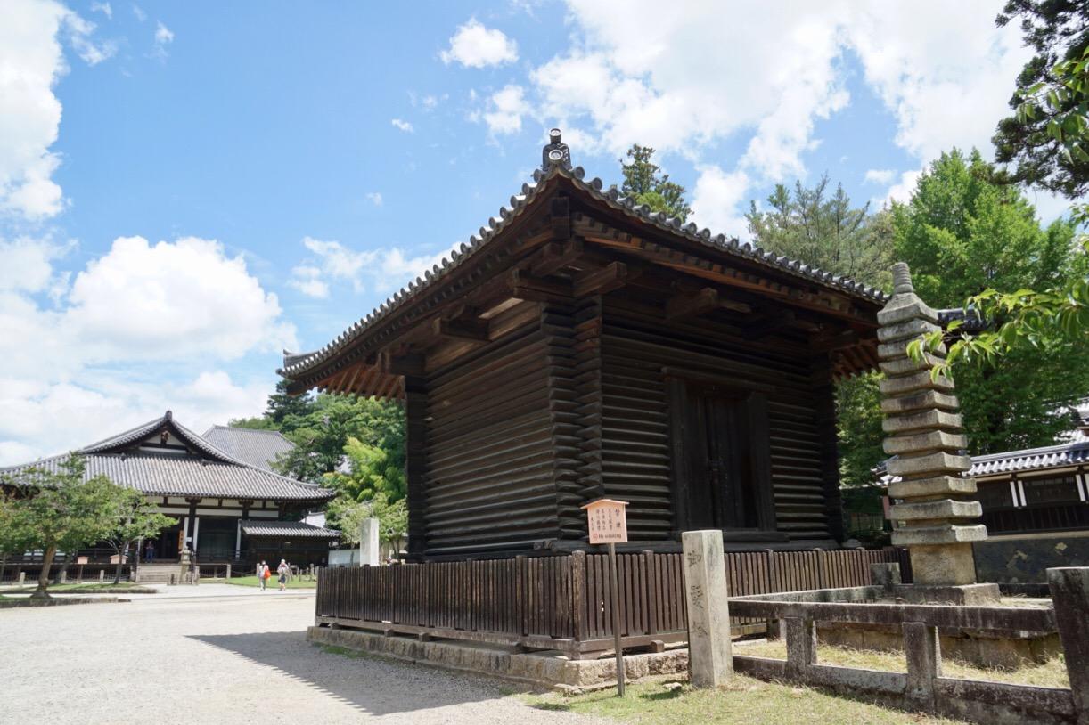 前には法華寺経庫が。平安時代初期の建物です。