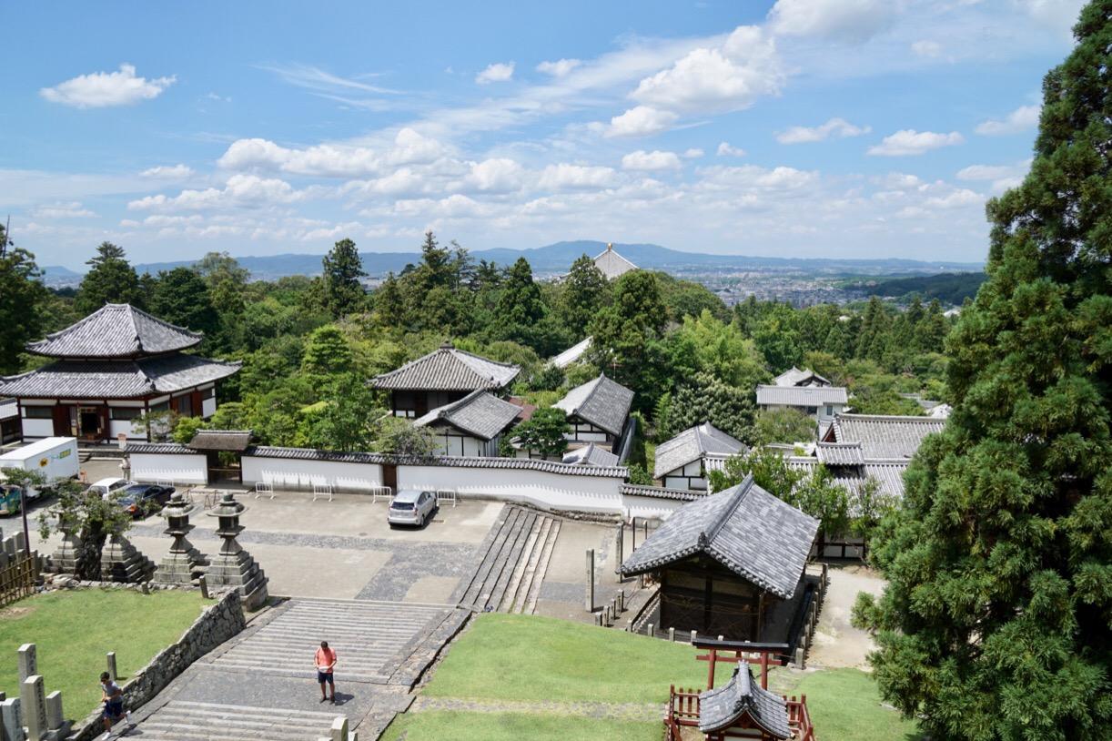 二月堂からは東大寺境内や遠くは生駒山まで見渡すことができます。左上の建物が四月堂です。