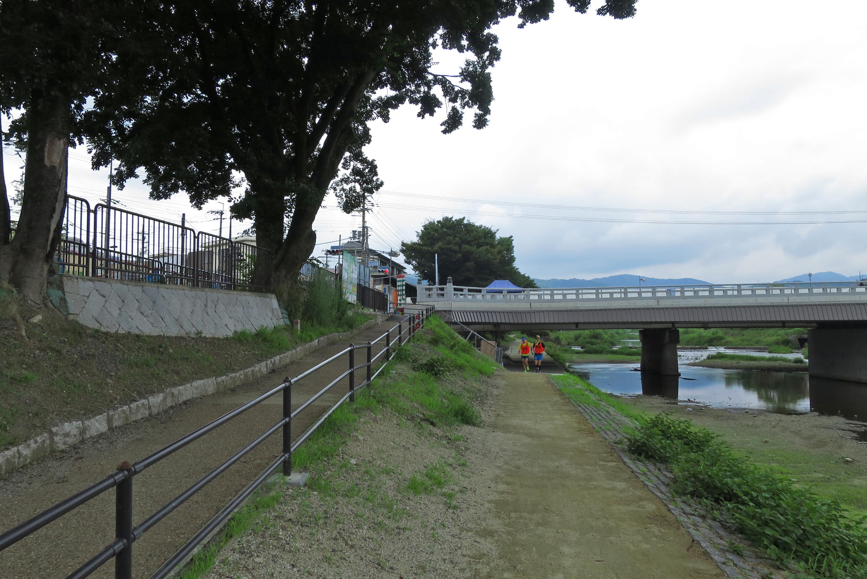 左の道を上がっていくと御薗橋西詰の交差点。他の橋はお店が少ないのですが、ここは多いですよ。