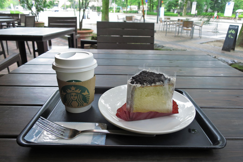 スタバの珈琲は好きですが、ケーキは・・・と思っていましたが、クッキー&クリームシフォンは美味しい!