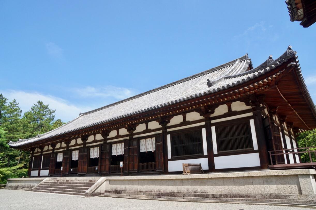 講堂。平城京から移した建物です。こちらもとても大きいです。