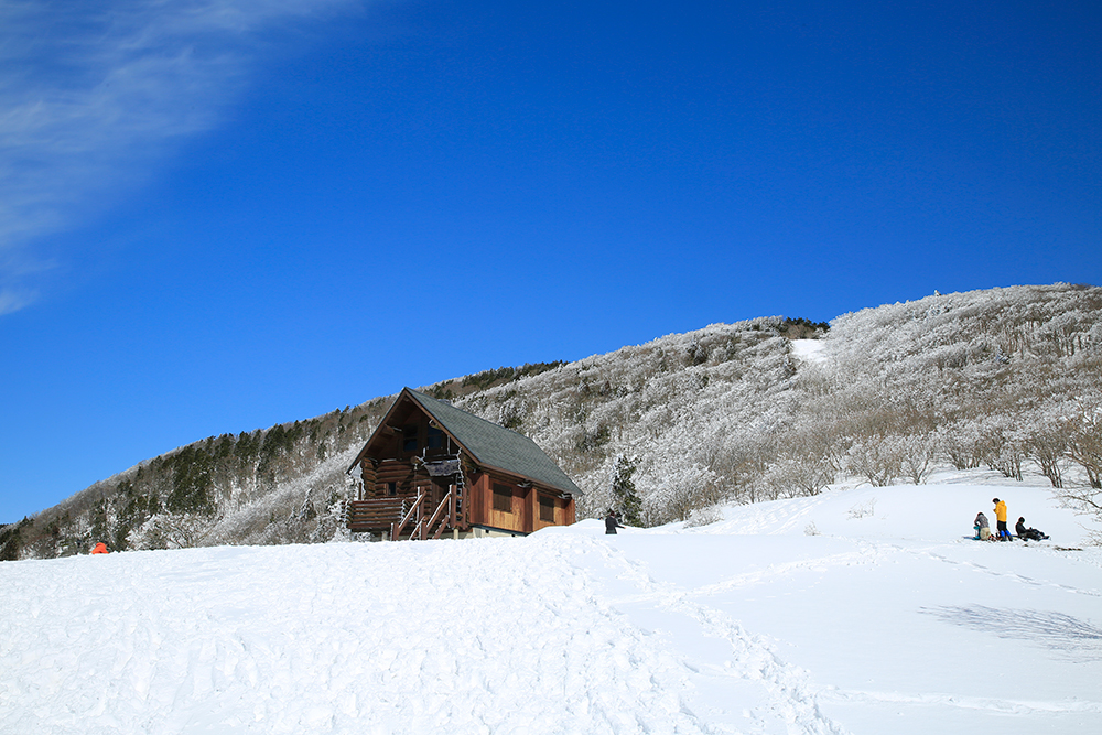 あしび山荘。見事に晴れ渡る景色の中でラーメンが食べたい!荷物軽量化のため、いつもランチは持参。(泣)