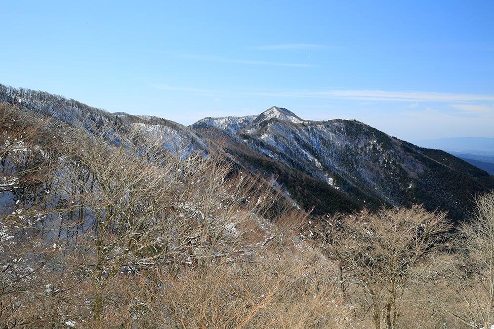 薊岳方面の眺望。12:15頃ですが、すでに樹氷も融けてしまいました。